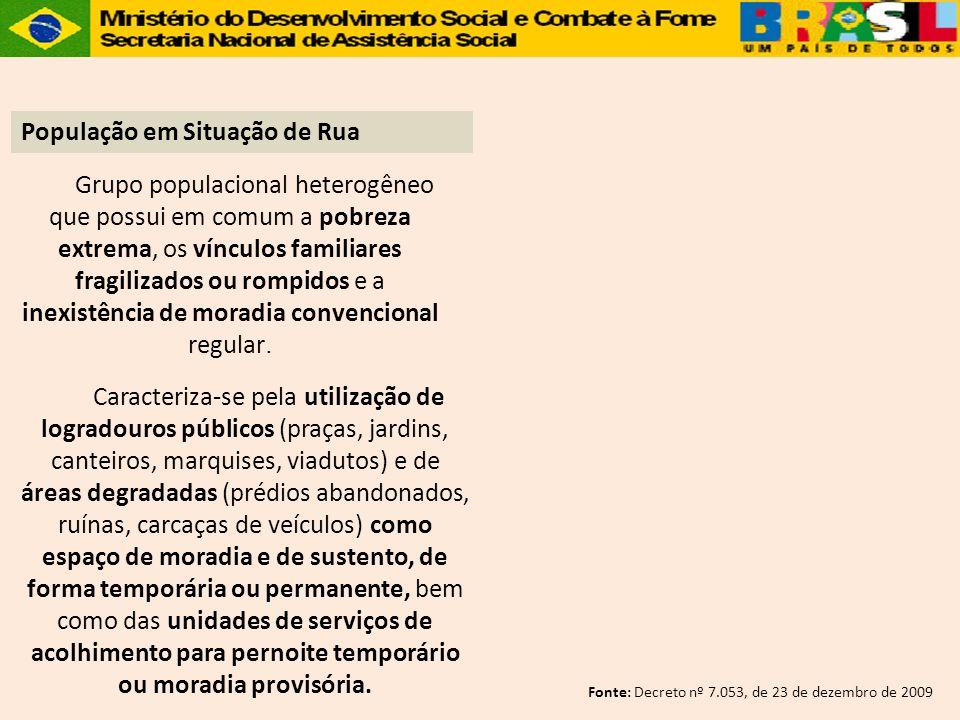 Grupo populacional heterogêneo que possui em comum a pobreza extrema, os vínculos familiares fragilizados ou rompidos e a inexistência de moradia conv