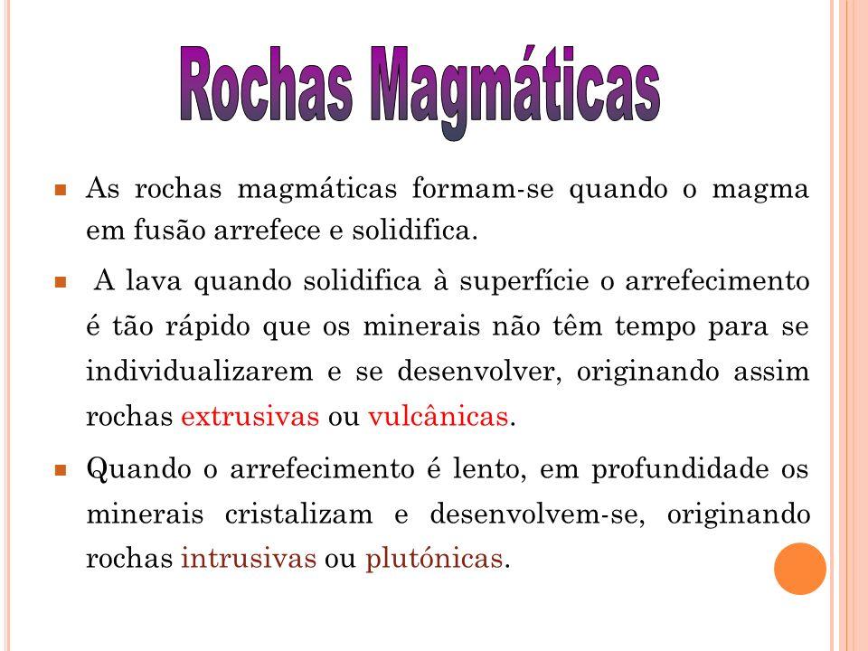 T IPOS DE R OCHAS M AGMÁTICAS Rochas plutónicas - formam-se em profundidade a partir do arrefecimento lento do magma.