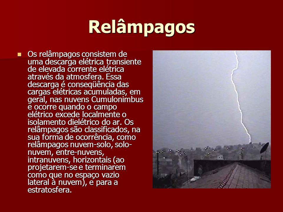 Relâmpagos Os relâmpagos consistem de uma descarga elétrica transiente de elevada corrente elétrica através da atmosfera.