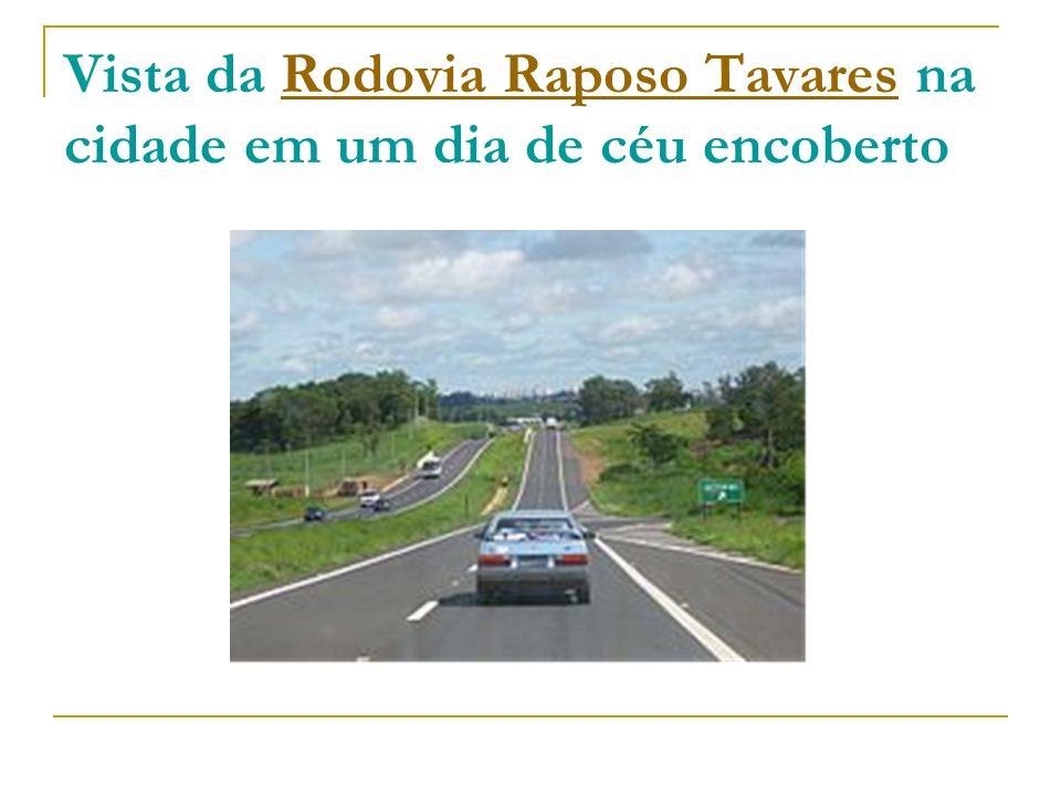 Vista da Rodovia Raposo Tavares na cidade em um dia de céu encobertoRodovia Raposo Tavares