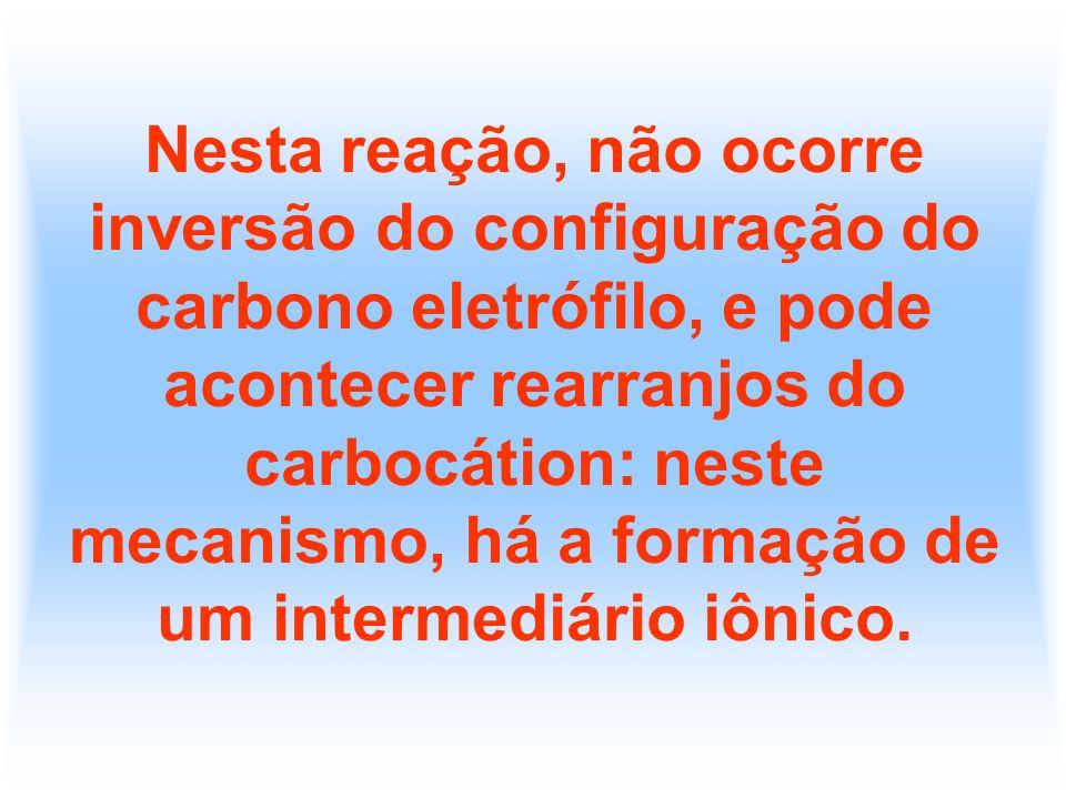 Nesta reação, não ocorre inversão do configuração do carbono eletrófilo, e pode acontecer rearranjos do carbocátion: neste mecanismo, há a formação de
