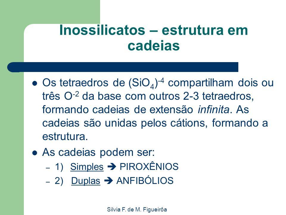 Silvia F. de M. Figueirôa Inossilicatos – estrutura em cadeias Os tetraedros de (SiO 4 ) -4 compartilham dois ou três O -2 da base com outros 2-3 tetr
