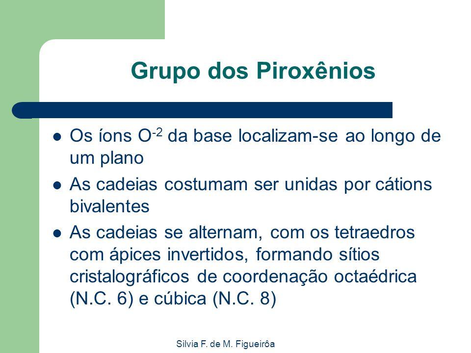Silvia F. de M. Figueirôa Grupo dos Piroxênios Os íons O -2 da base localizam-se ao longo de um plano As cadeias costumam ser unidas por cátions bival