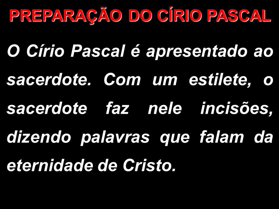 O Círio Pascal é apresentado ao sacerdote. Com um estilete, o sacerdote faz nele incisões, dizendo palavras que falam da eternidade de Cristo. PREPARA