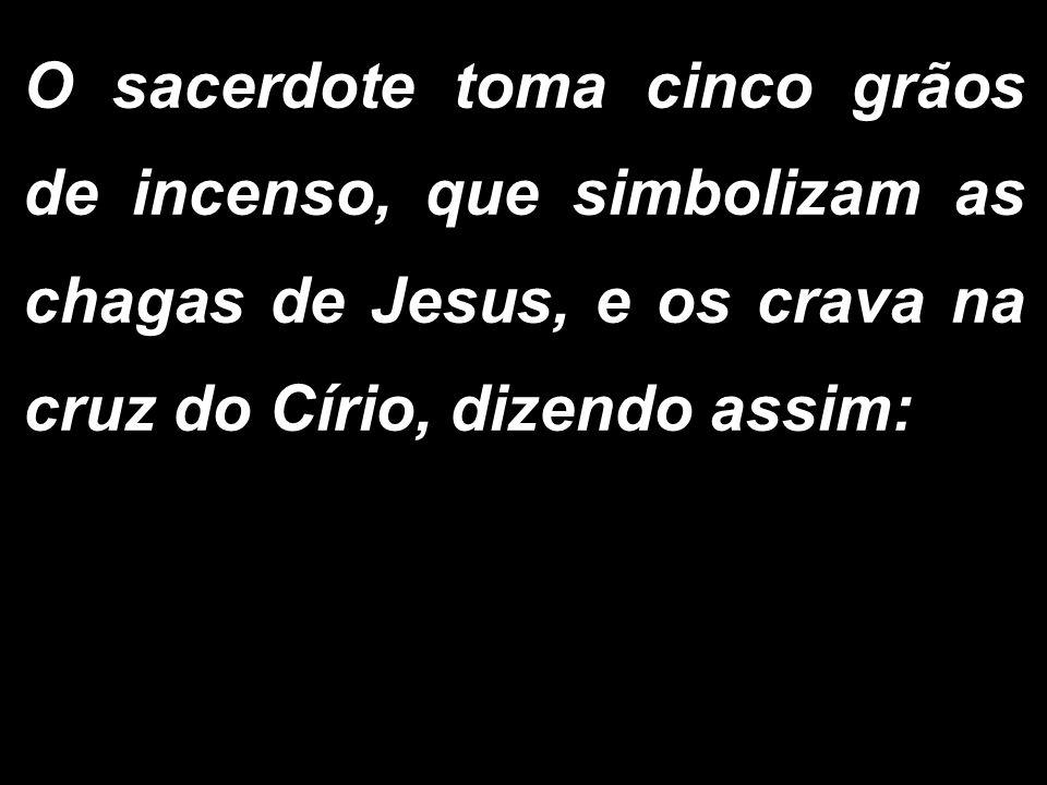 O sacerdote toma cinco grãos de incenso, que simbolizam as chagas de Jesus, e os crava na cruz do Círio, dizendo assim: