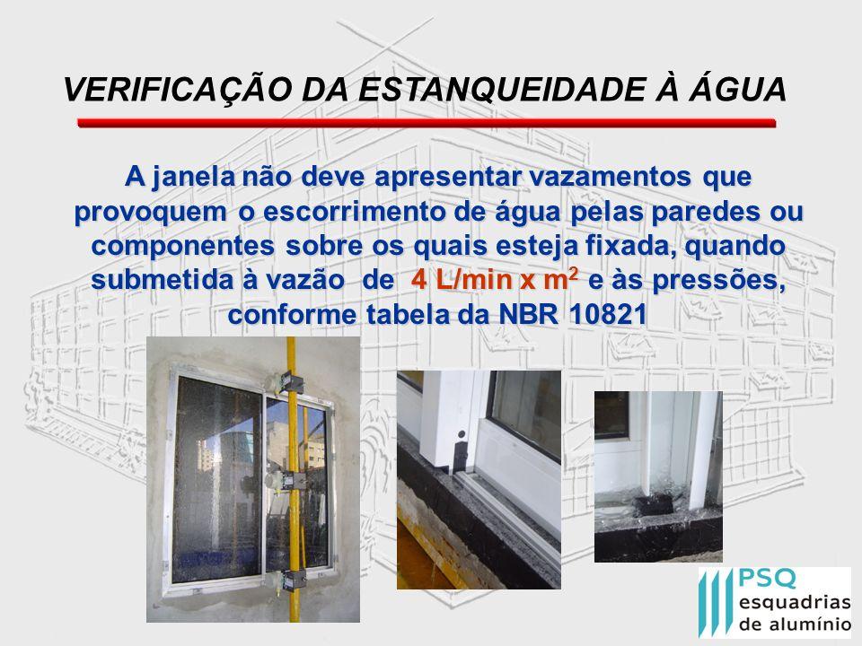 A janela não deve apresentar vazamentos que provoquem o escorrimento de água pelas paredes ou componentes sobre os quais esteja fixada, quando submeti