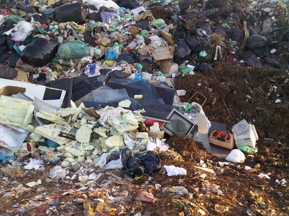 1. LIXÃO É uma forma inadequada de disposição final de resíduos sólidos, que se caracteriza pela simples descarga sobre o solo, sem medidas de proteçã