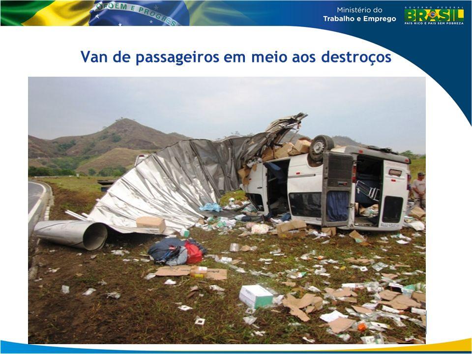 Van de passageiros em meio aos destroços