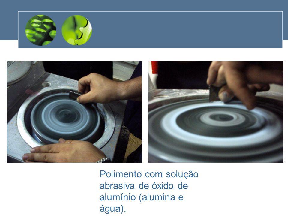 Polimento com solução abrasiva de óxido de alumínio (alumina e água).