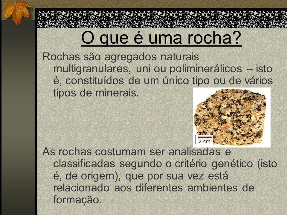 O que é uma rocha? Rochas são agregados naturais multigranulares, uni ou poliminerálicos – isto é, constituídos de um único tipo ou de vários tipos de