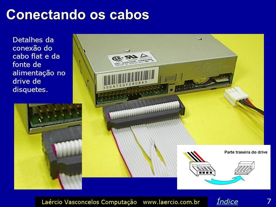 Conectores do drive de disquete Na parte traseira do drive de disquetes existem dois conectores: um para o cabo flat e o outro para ligar na fonte de