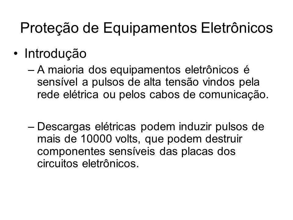 Introdução –A maioria dos equipamentos eletrônicos é sensível a pulsos de alta tensão vindos pela rede elétrica ou pelos cabos de comunicação. –Descar