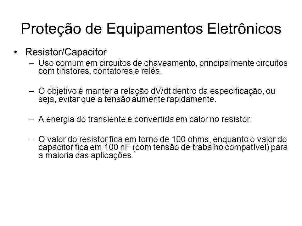 Ensaios para avaliação de produtos –Ensaio de impulso Aplica-se no equipamento uma tensão de impulso de 5,0 kV (tempos de 1,2 / 50 μs); Aplica-se três pulsos positivos e três pulsos negativos, num intervalo superior a 5 segundos entre pulsos; Os pulsos são aplicados: –Entre cada circuito e a massa, sendo os terminais de cada circuito são ligados em conjunto; –Entre circuito independente, sendo os terminais de cada circuito independente são ligados em conjunto; Proteção de Equipamentos Eletrônicos