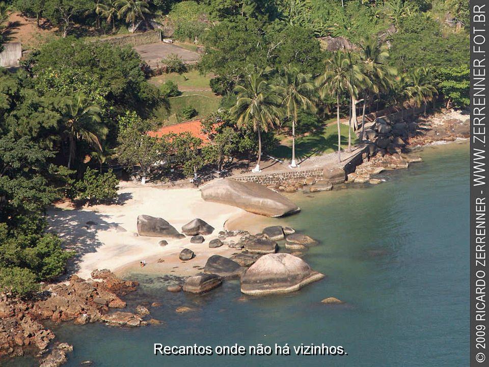 Lugares desabitados, onde o acesso só se dá por mar.