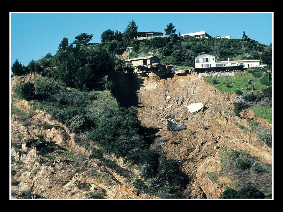 Queda de Rocha Queda brusca de fragmentos e blocos de rocha em um penhasco ou vertente montanhosa íngreme