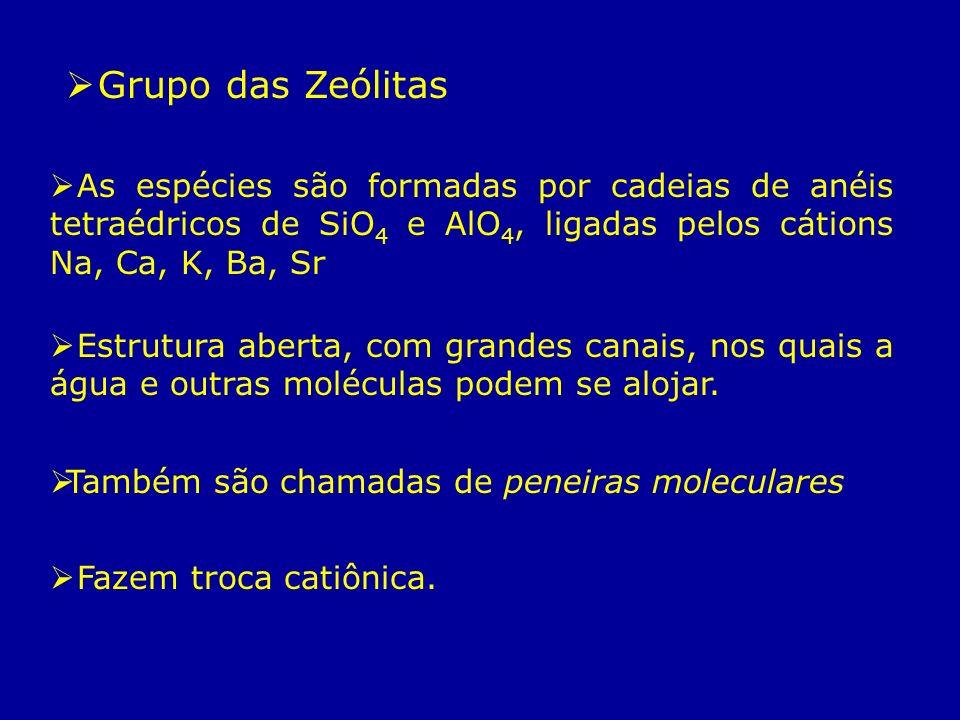 Grupo das Zeólitas As espécies são formadas por cadeias de anéis tetraédricos de SiO 4 e AlO 4, ligadas pelos cátions Na, Ca, K, Ba, Sr Estrutura aber