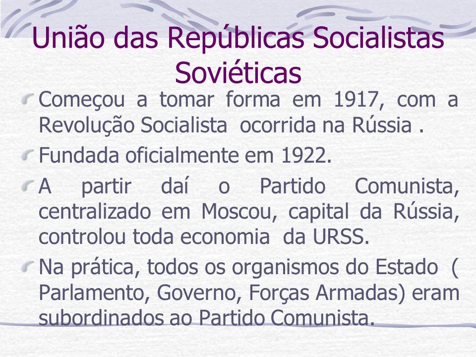União das Repúblicas Socialistas Soviéticas Começou a tomar forma em 1917, com a Revolução Socialista ocorrida na Rússia. Fundada oficialmente em 1922