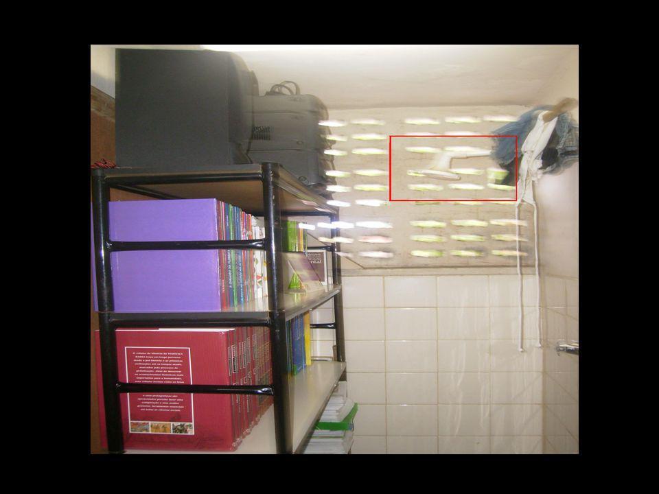 Já no banheiro reservado para os alunos a situação consegue ser pior, além de minúsculos os banheiros não recebem nenhum tipo de manutenção.