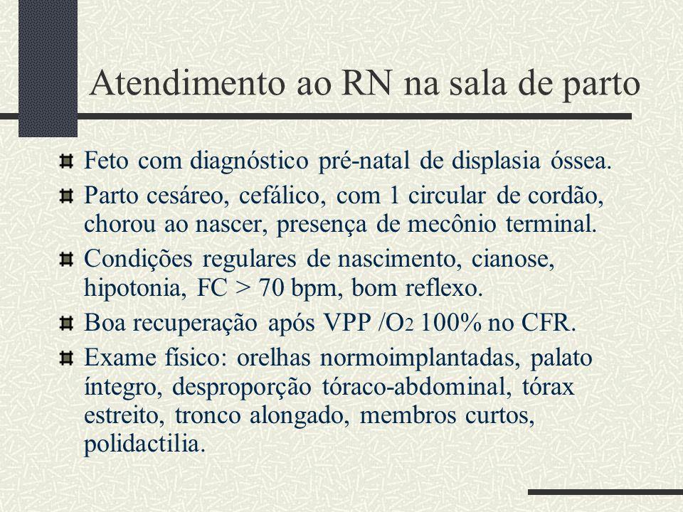 Achados clínicos: Nanismo desproporcional com membros curtos: caracterizado por antebraços, mãos e pés mais envolvidos que os segmentos proximais dos membros (acromesomelia).