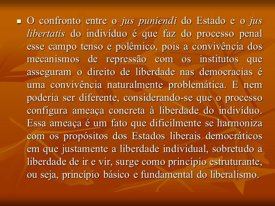 O confronto entre o jus puniendi do Estado e o jus libertatis do indivíduo é que faz do processo penal esse campo tenso e polêmico, pois a convivência