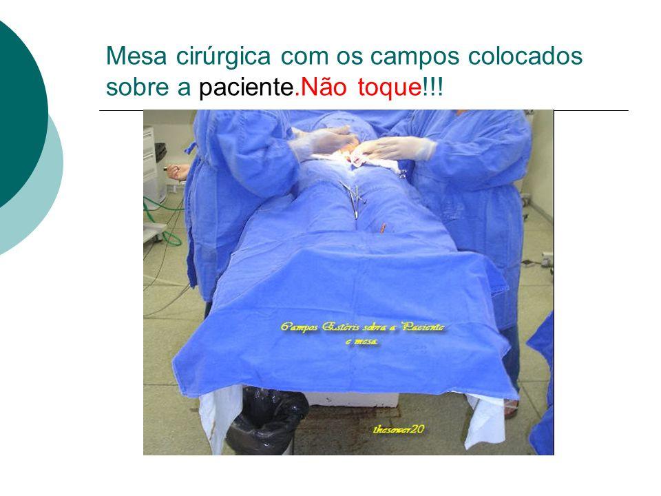 Mesa cirúrgica com os campos colocados sobre a paciente.Não toque!!!