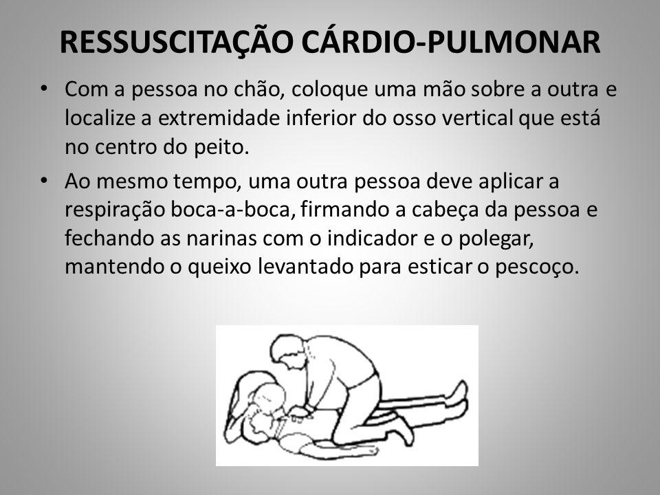 RESSUSCITAÇÃO CÁRDIO-PULMONAR Com a pessoa no chão, coloque uma mão sobre a outra e localize a extremidade inferior do osso vertical que está no centr