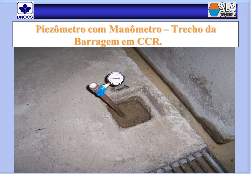 Piezômetro com Manômetro – Trecho da Barragem em CCR. Piezômetro com Manômetro – Trecho da Barragem em CCR.