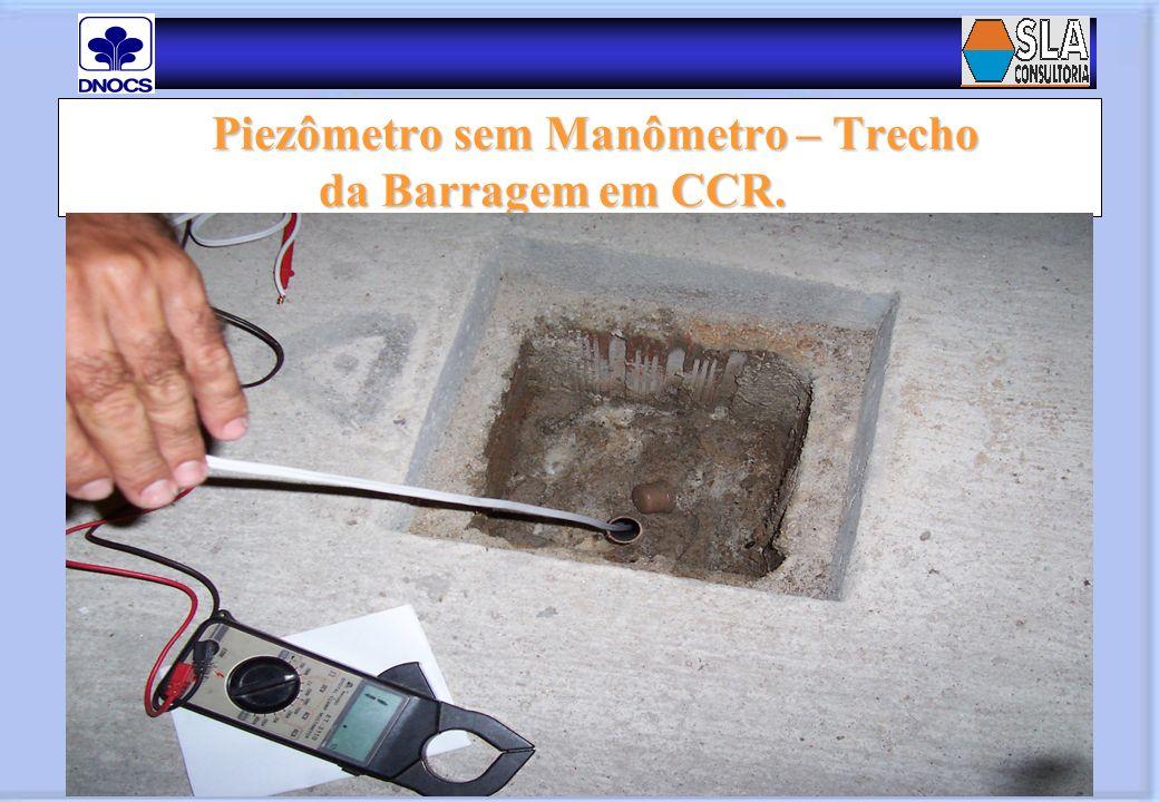Piezômetro sem Manômetro – Trecho da Barragem em CCR. Piezômetro sem Manômetro – Trecho da Barragem em CCR.