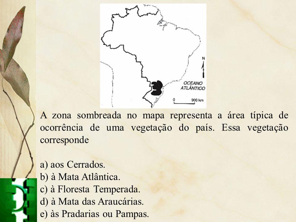 A zona sombreada no mapa representa a área típica de ocorrência de uma vegetação do país. Essa vegetação corresponde a) aos Cerrados. b) à Mata Atlânt