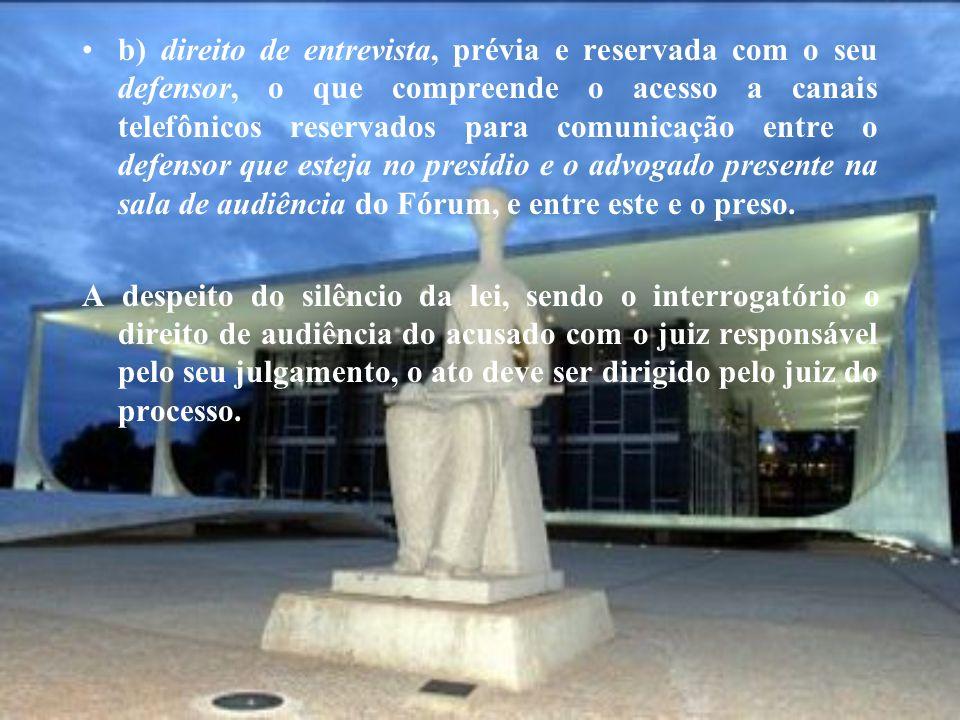 b) direito de entrevista, prévia e reservada com o seu defensor, o que compreende o acesso a canais telefônicos reservados para comunicação entre o de