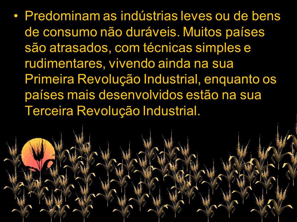 Predominam as indústrias leves ou de bens de consumo não duráveis. Muitos países são atrasados, com técnicas simples e rudimentares, vivendo ainda na