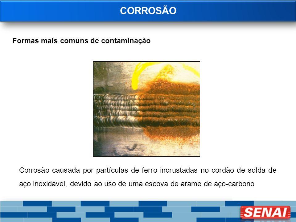 CORROSÃO Formas mais comuns de contaminação Corrosão causada por partículas de ferro incrustadas no cordão de solda de aço inoxidável, devido ao uso d