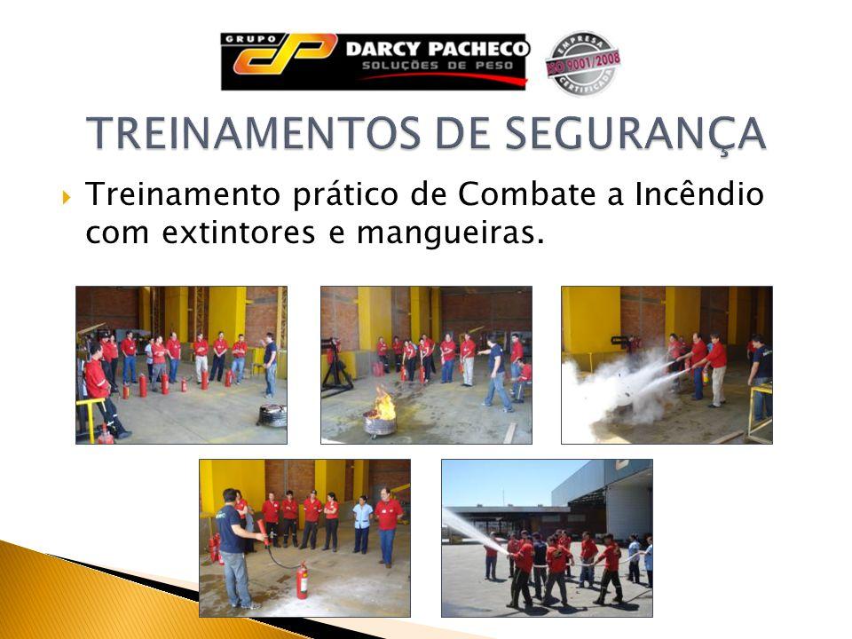Treinamento prático de Combate a Incêndio com extintores e mangueiras.