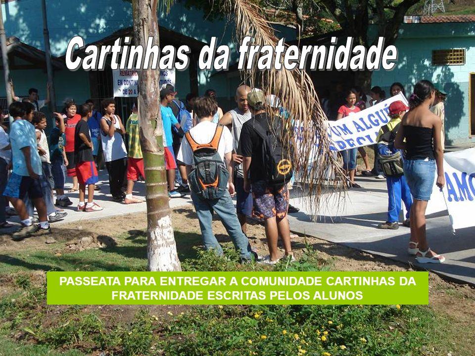 PASSEATA PARA ENTREGAR A COMUNIDADE CARTINHAS DA FRATERNIDADE ESCRITAS PELOS ALUNOS