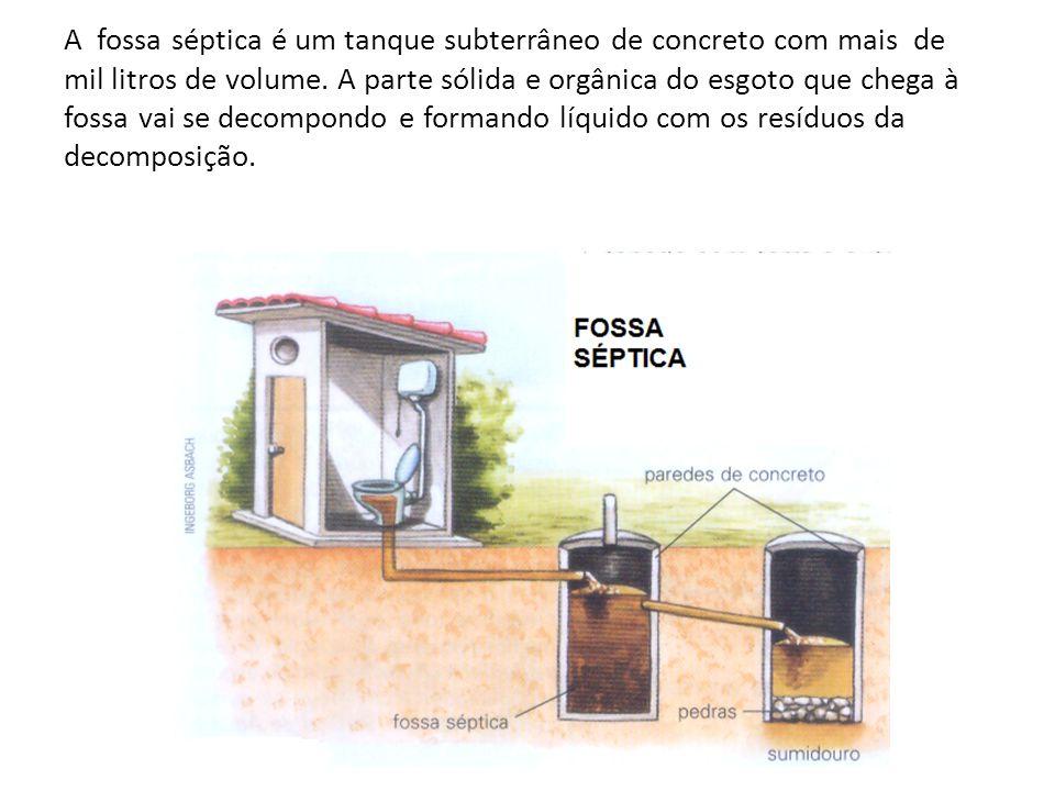 A fossa séptica é um tanque subterrâneo de concreto com mais de mil litros de volume. A parte sólida e orgânica do esgoto que chega à fossa vai se dec