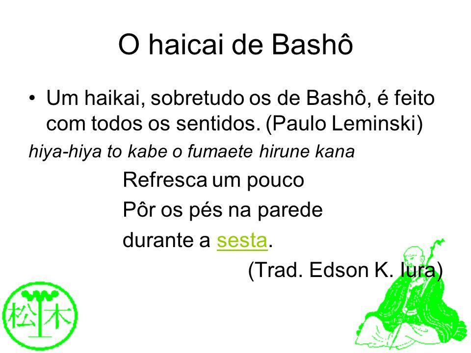 O haicai de Bashô Um haikai, sobretudo os de Bashô, é feito com todos os sentidos. (Paulo Leminski) hiya-hiya to kabe o fumaete hirune kana Refresca u