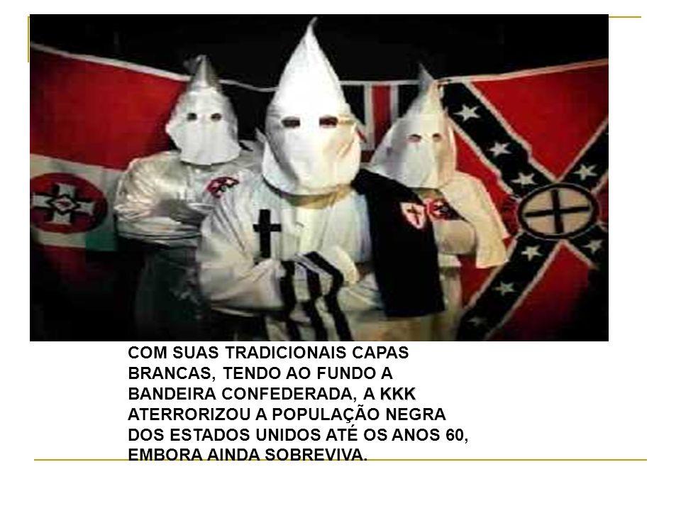 COM SUAS TRADICIONAIS CAPAS BRANCAS, TENDO AO FUNDO A KKK BANDEIRA CONFEDERADA, A KKK ATERRORIZOU A POPULAÇÃO NEGRA DOS ESTADOS UNIDOS ATÉ OS ANOS 60,