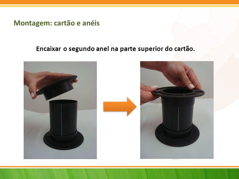 Montagem: cartão e anéis Encaixar o segundo anel na parte superior do cartão.