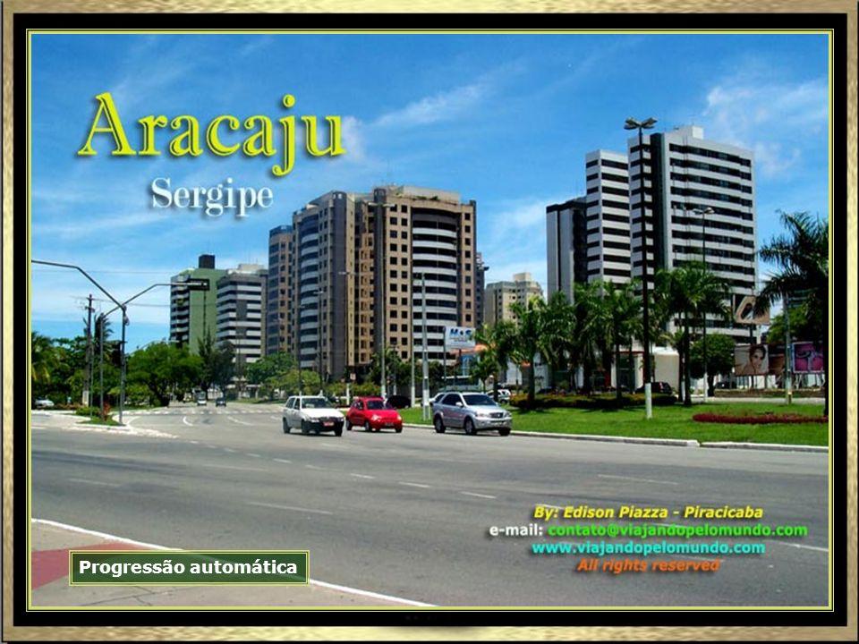 Área interna do grande Mercado Municipal de Aracaju, com variedade de frutas, legumes, carnes, peixes e utensílios.