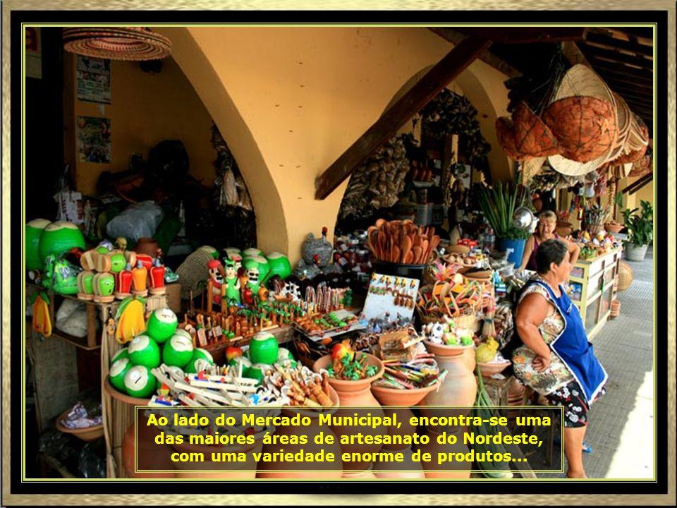 Área interna do grande Mercado Municipal de Aracaju, com variedade de frutas, legumes, carnes, peixes e utensílios. Vale a pena visitar...