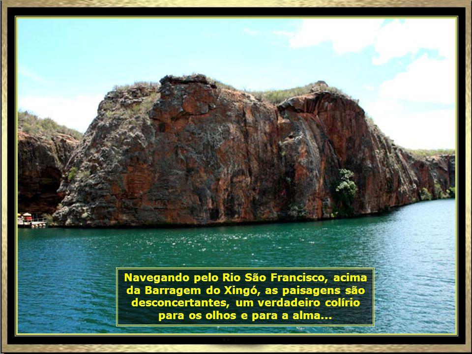 Nosso embarque é nesse catamarã onde faremos um passeio de sonhos, apreciando paisagens de verdadeiros cartões postais...