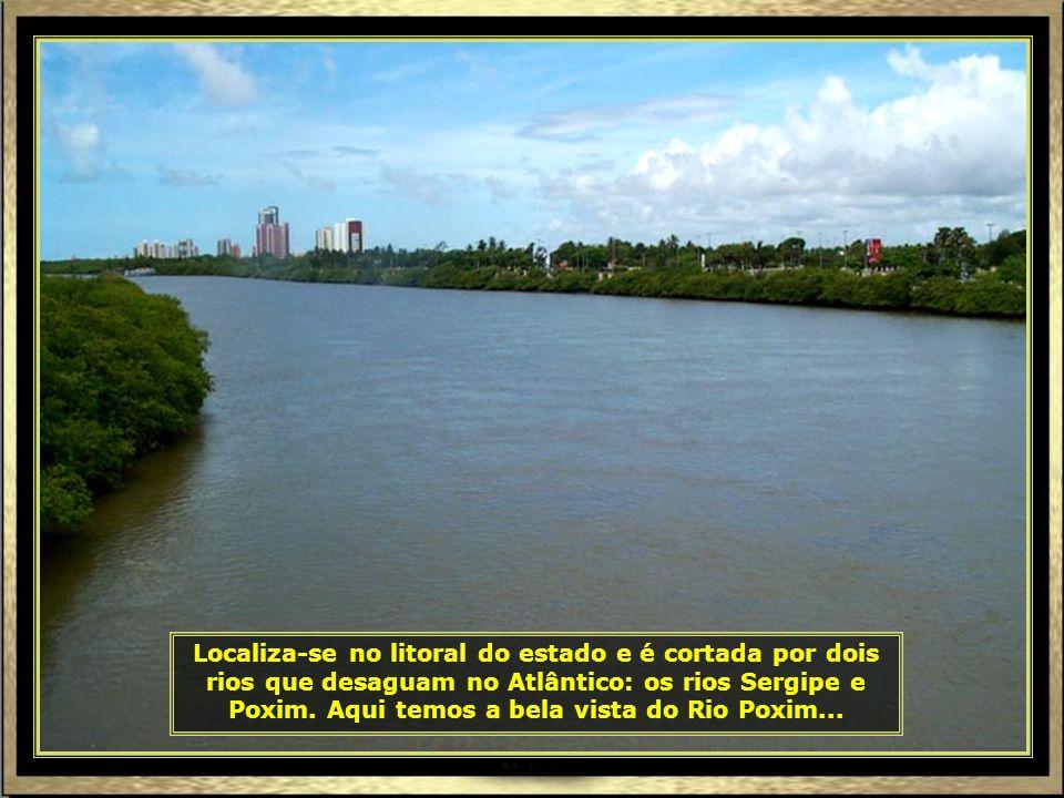 Localiza-se no litoral do estado e é cortada por dois rios que desaguam no Atlântico: os rios Sergipe e Poxim.