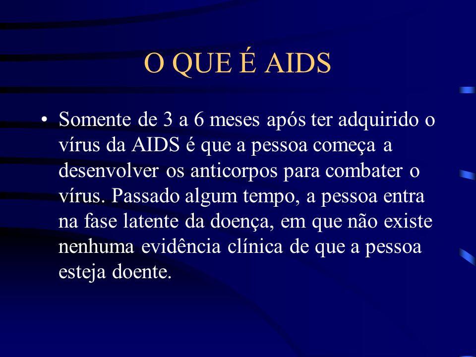 O QUE É AIDS Ao adquirir o vírus, a pessoa começa a apresentar sintomas que lembram bastante uma gripe, tais como dor de cabeça, febre, gânglios inchados ou mesmo vermelhidão na pele.
