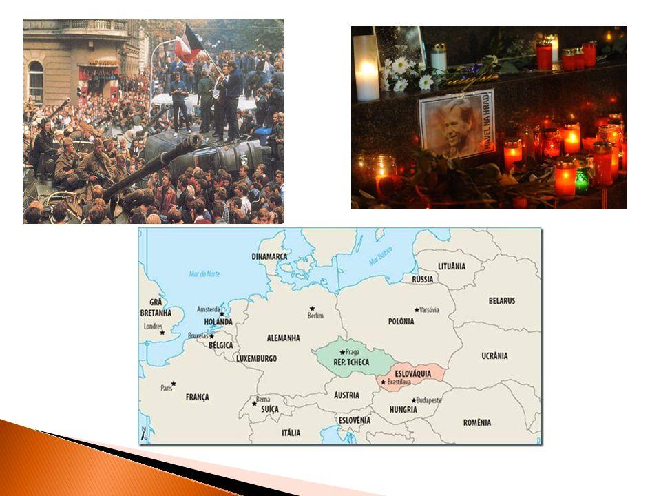 Tumultos e Protestos Dezembro de 1989 Derrubada do Regime Comunista Deposição de Nicolae Ceausescu Execução a Romênia foi o ú nico pa í s do Bloco do Leste a derrubar violentamente seu regime comunista.
