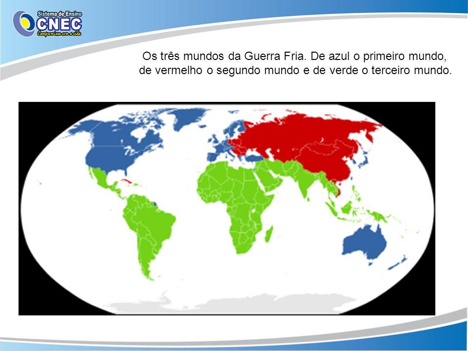 Os três mundos da Guerra Fria. De azul o primeiro mundo, de vermelho o segundo mundo e de verde o terceiro mundo.