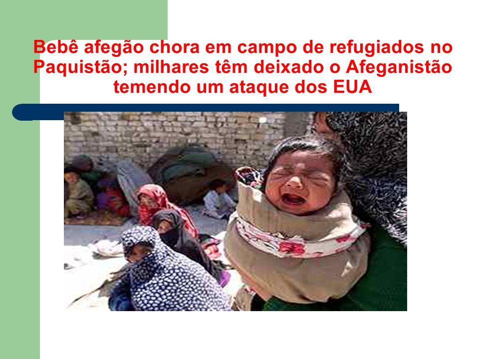 Bebê afegão chora em campo de refugiados no Paquistão; milhares têm deixado o Afeganistão temendo um ataque dos EUA