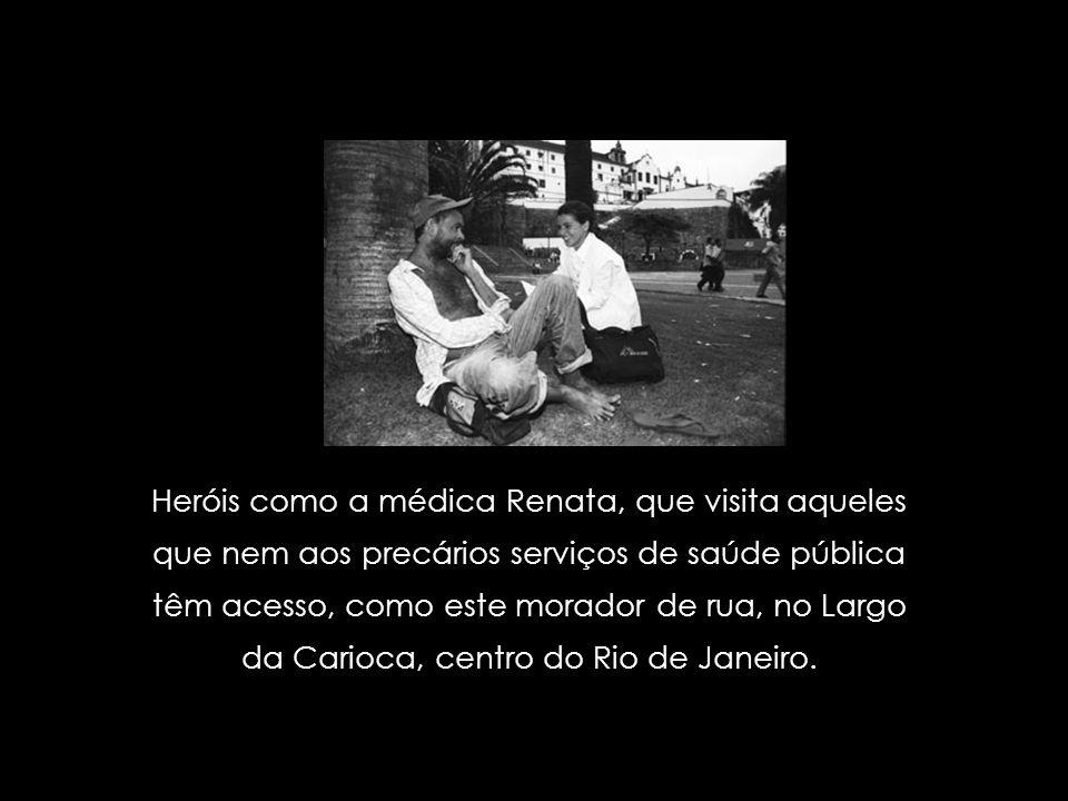Heróis como Jacinta, enfermeira do projeto Meio-fio, que examina mãe e filho, moradores de rua.
