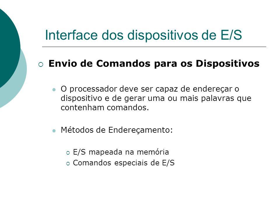 Interface dos dispositivos de E/S Envio de Comandos para os Dispositivos O processador deve ser capaz de endereçar o dispositivo e de gerar uma ou mai