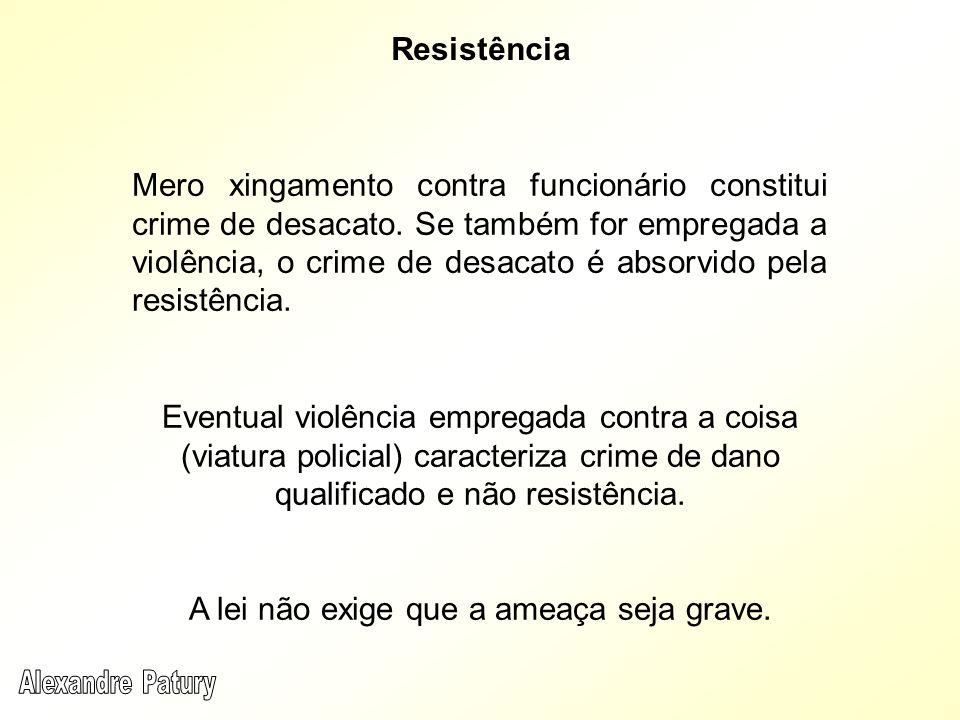 Mero xingamento contra funcionário constitui crime de desacato. Se também for empregada a violência, o crime de desacato é absorvido pela resistência.