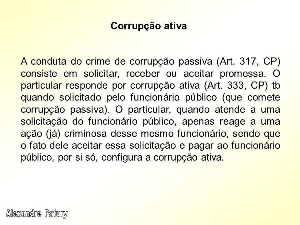 A conduta do crime de corrupção passiva (Art. 317, CP) consiste em solicitar, receber ou aceitar promessa. O particular responde por corrupção ativa (